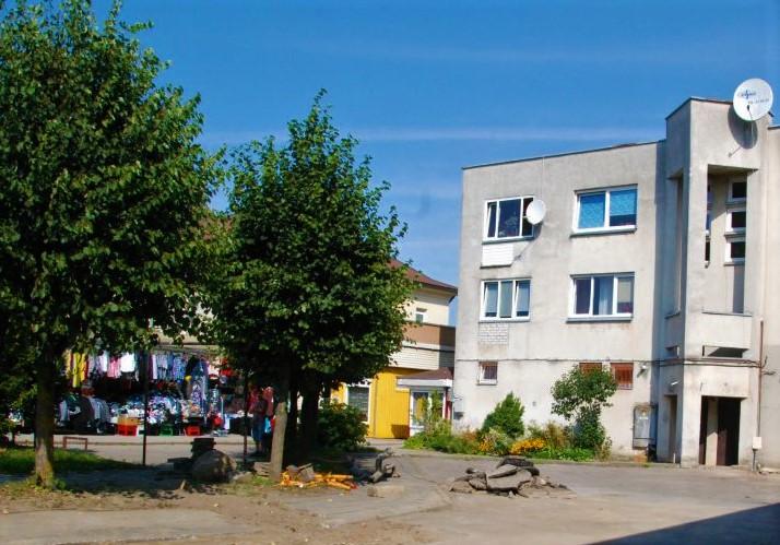 Daugiabučių namų savininkų bendrijos raginamos savo nuosavybėn perimti prie jų namų suformuotus žemės sklypus.