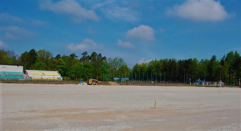 Federacija būsimai Kretingos futbolo aikštei dovanoja tik vieną iš jos dangos dalių – sintetinę žalią veją, o po ja klojamus būtinus pasluoksnius finansuoti turi savivaldybė.