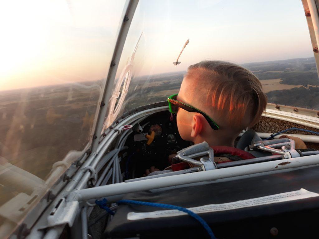 Sklandytojai Kartenos aerodrome pasiryžę vaikus mokyti skraidyti.