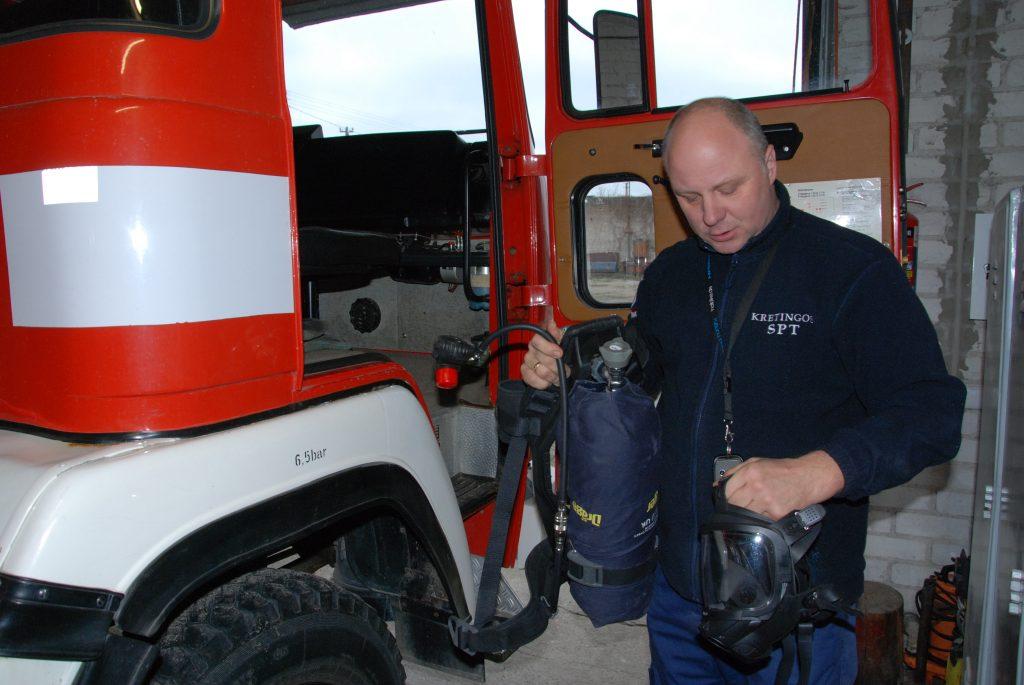 Visi savivaldybės ugniagesiai turi kvėpavimo organų apsaugos aparatus.