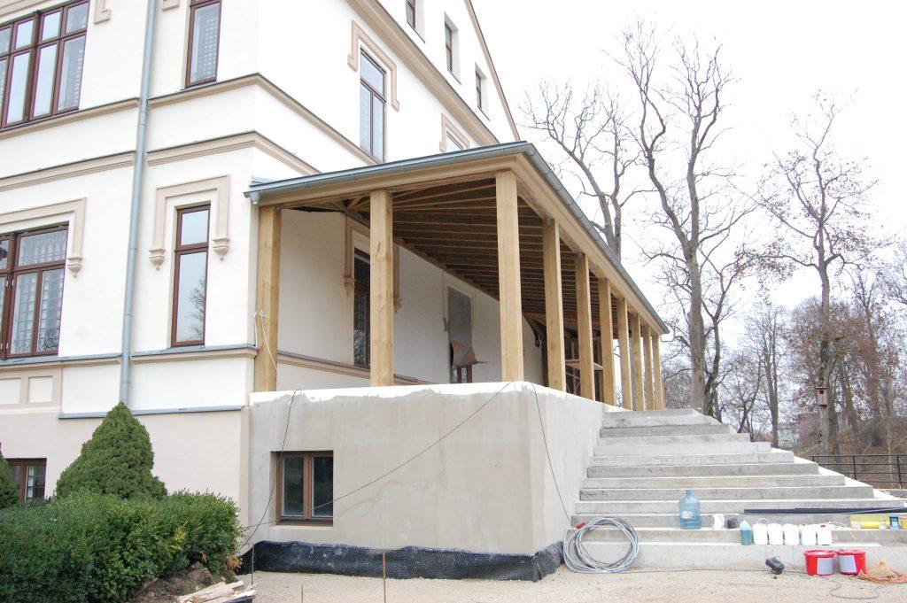 Per 4 darbų mėnesius buvusi dvaro veranda jau įgavo kontūrus.