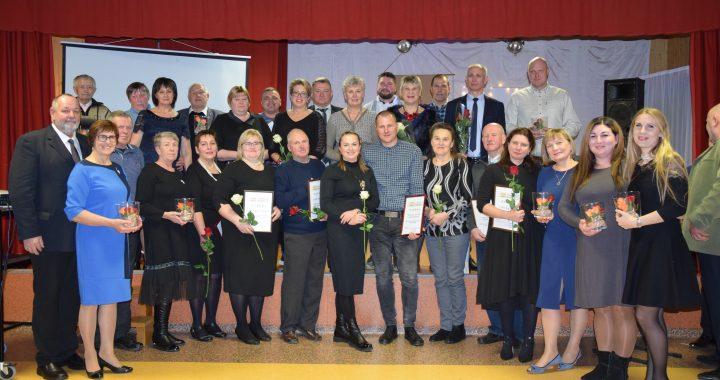 Jubiliejinę šventę priminsiančioje nuotraukoje – apdovanotieji ir Budrių kaimo bendruomenės tarybos nariai.
