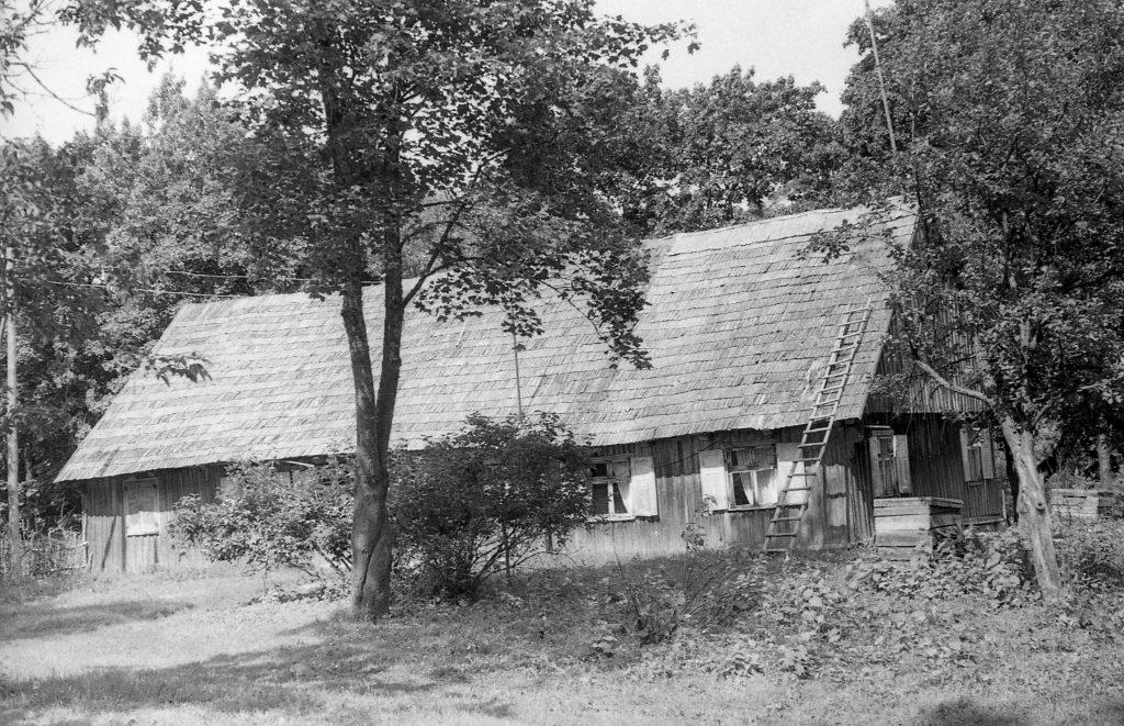 Kalbininko Antano Salio tėvų namas, statytas XX a. 4 deš. šeimai išsikėlus iš gatvinio kaimo į vienkieminį ūkį. Fot. Juozas Mickevičius. 1966 m.