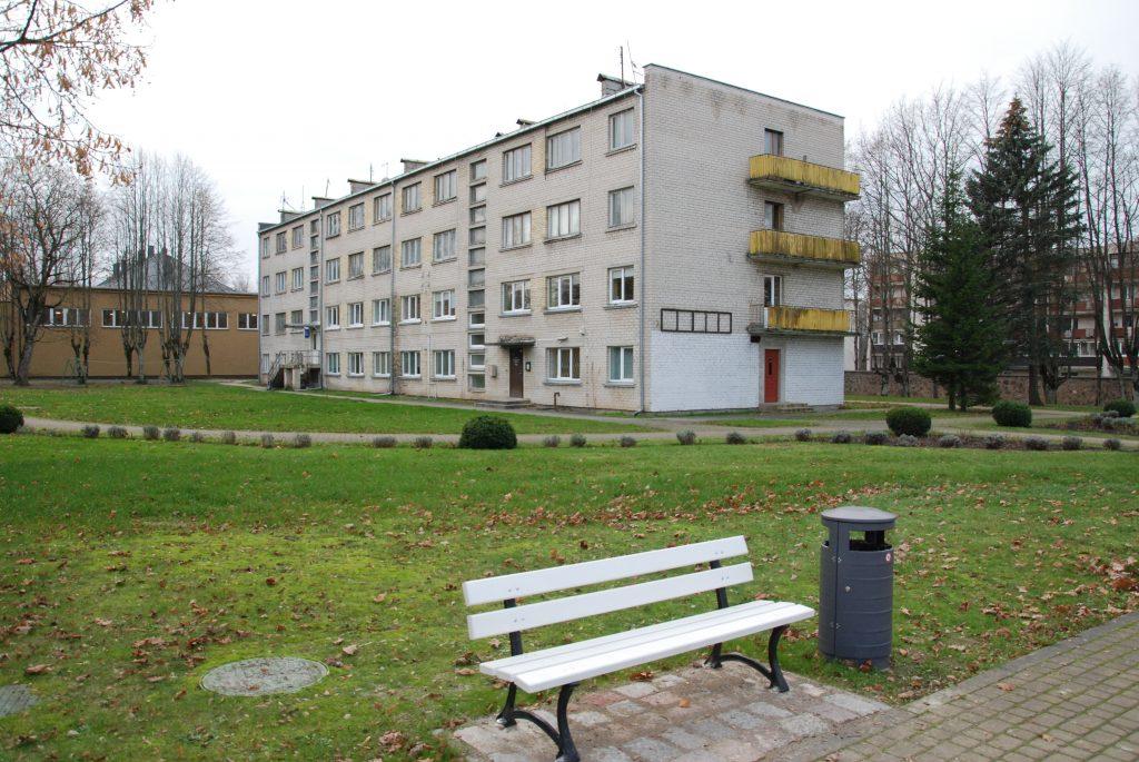 Iš sovietinius laikus menančio ir Dvaro parko teritoriją darkančio kažkada buvusio bendrabučio kitąmet ketinama pradėti gyventojų iškeldinimo procedūras.