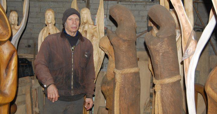 Virgilijus Vaičiūnas kūrinius drožia savo namuose įrengtose dirbtuvėse.