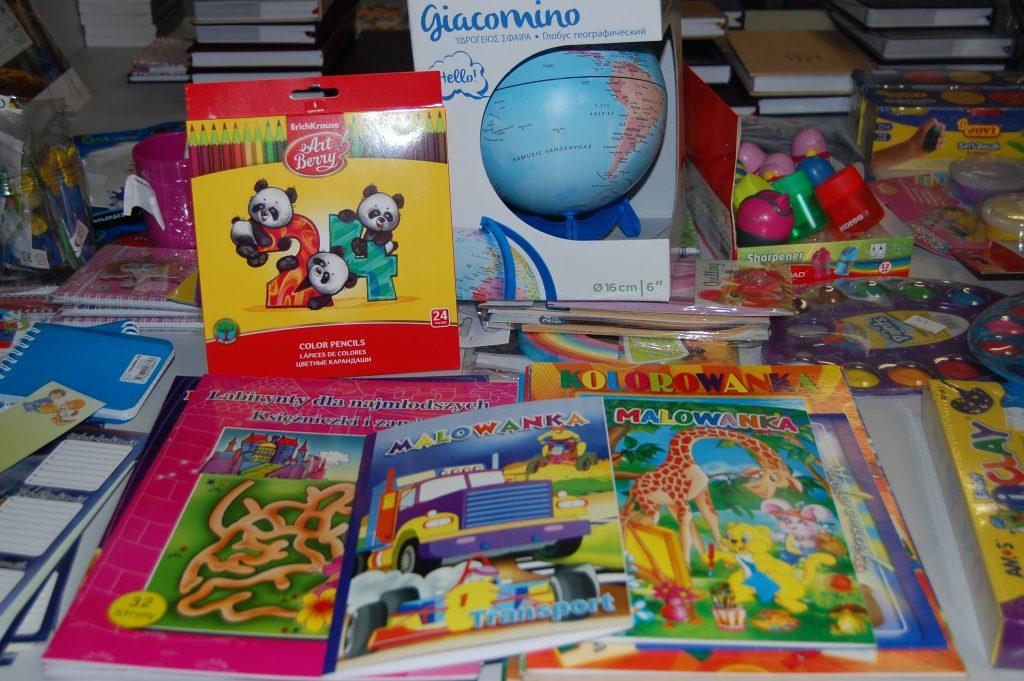 """Parduotuvėje """"Biuro prekės"""" populiarūs darbo kalendoriai, dovanų čekiai, vaikams perkamos spalvinimo knygelės, įdomesni flomasteriai ar pieštukai."""