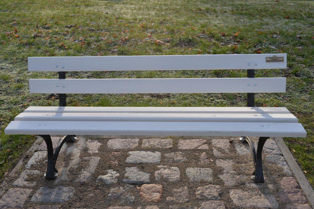 Parką puošia 11 tokių suoliukų, prie kurių atkaltės pritvirtintos lentelės su išgraviruota jį padovanojusiojo pavarde. Jolantos Klietkutės nuotr.