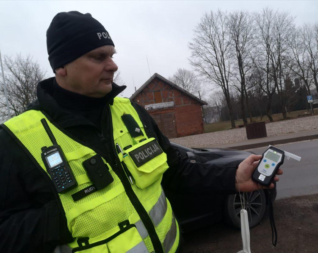 Pareigūnas Egidijus Vasiliauskas džiaugėsi, kad Kretingos rajono gatvėmis vakar ryte važinėję vairuotojai pripūtė tik nuliukus.
