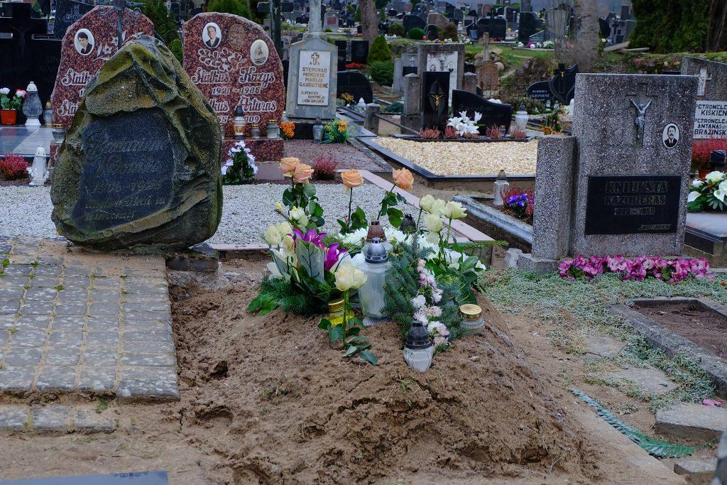 Velioniui Viliui kapo duobę karteniškiai kasė už ačiū.