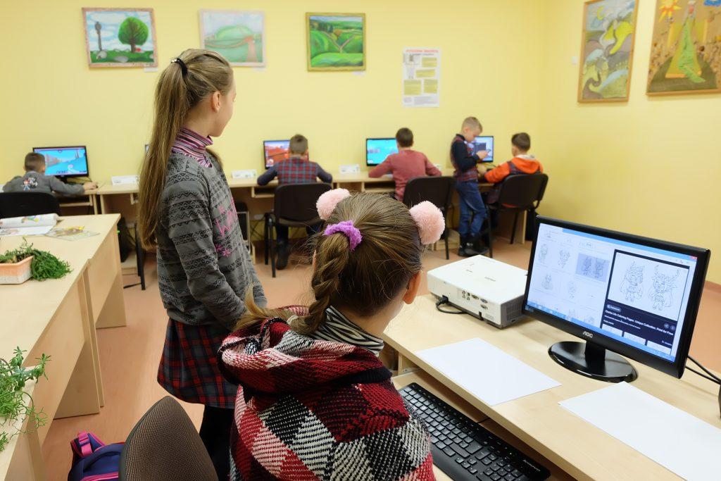 Mokiniai įniko į kompiuterinius žaidimus.