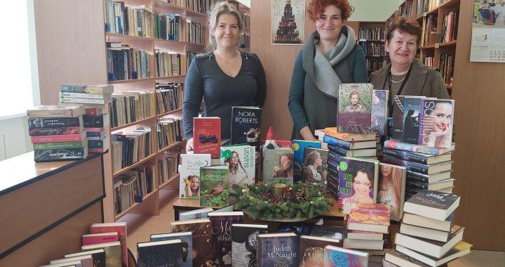 Prie bibliotekai dovanotų knygų stirtos išsirikiavo bibliotekininkė Milda Rogačiovienė (kairėje), vyresnioji bibliotekininkė Romutė Girskienė (dešinėje) ir knygas dovanojusi vydmantiškė Viktorija Viršilienė (viduryje).