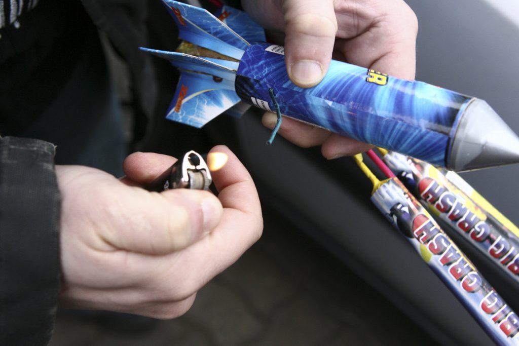Vaikų rankose petardos gali atnešti skaudžių nelaimių.