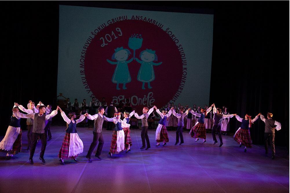 """Kretingos meno mokyklos liaudiškų šokių ansamblis """"Ratilėlis"""" – 2019 metų ,,Aguonėlės'' laureatas."""