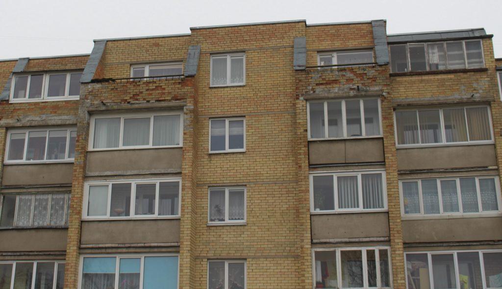 Kažkada padarytą klaidą atksleidė kaimynų balkonai: palangiškės plastikiniais langais įstiklintas balkonas yra ketvirtojo aukšto kairėje pusėje, o kaimyno balkonas mediniais langais – dešinėje.