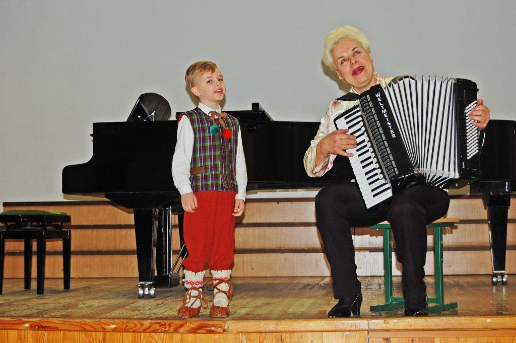 """Į antrąjį etapą patekusį lopšelio-darželio """"Pasaka"""" solistą 5-erių Kristijoną Piekų mokytoja Judita Viluckienė ne tik ruošė, bet ir pati akomponavo."""