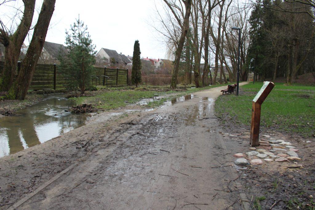 Pakilęs Pastauninko upelio  vanduo užlieja taką.