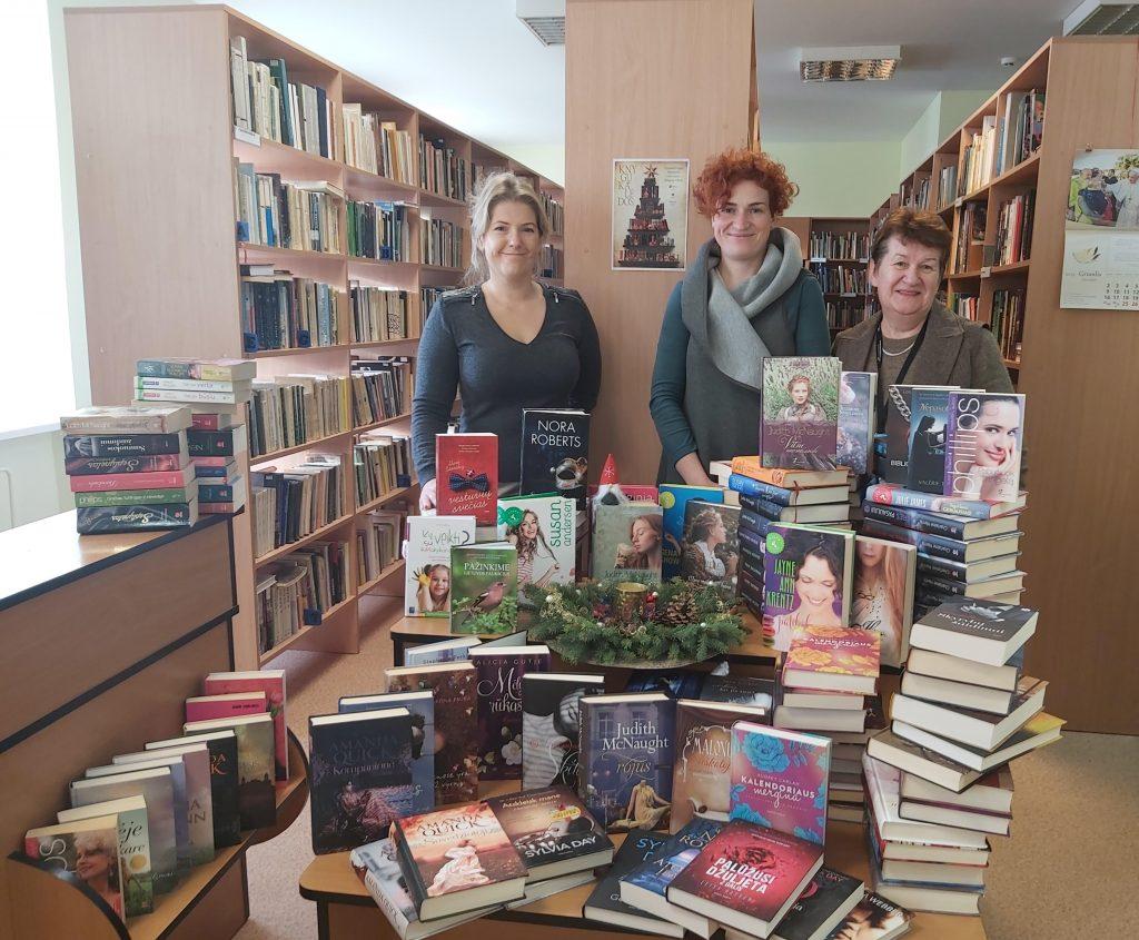 200 namų bibliotekos knygų Vydmantų bibliotekai pernai padovanojo Viktorija Viršilienė. Už jas dėkojo bibliotekininkės Romutė Girskienė (dešinėje) ir Milda Rogačiovienė (kairėje).