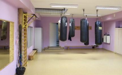 Patalpoje, kurioje treniruojasi boksininkai, netelpa net standartinis bokso ringas.