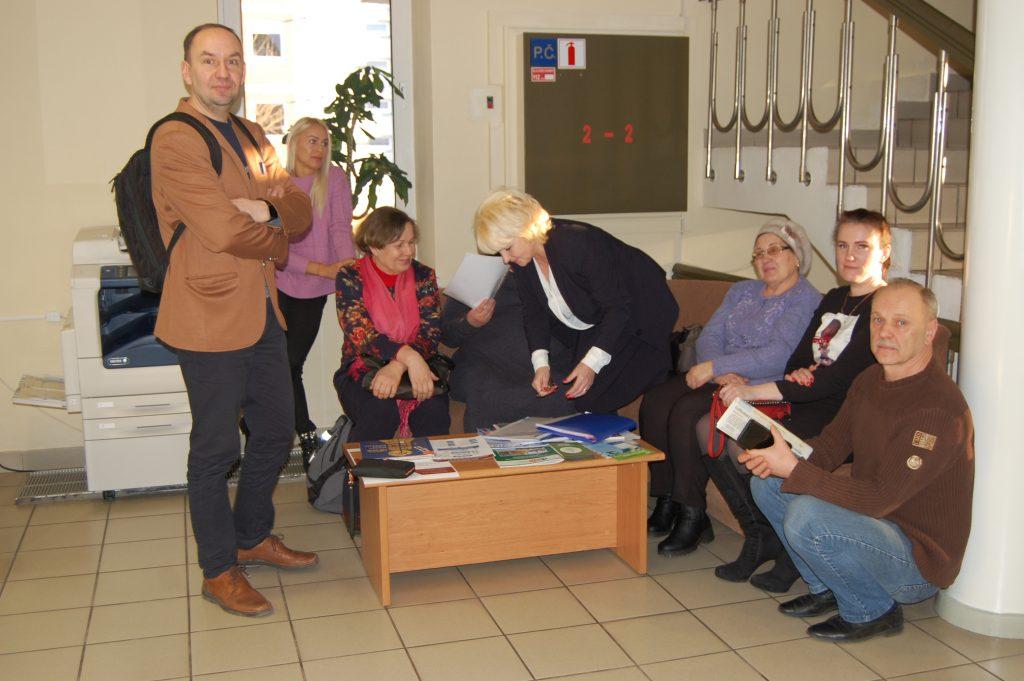 Trečiadienį į Kretingos rajono savivaldybę sugužėję aštuoni Nidos gatvės gyventojai ieškojo teisybės. Autorės nuotr.