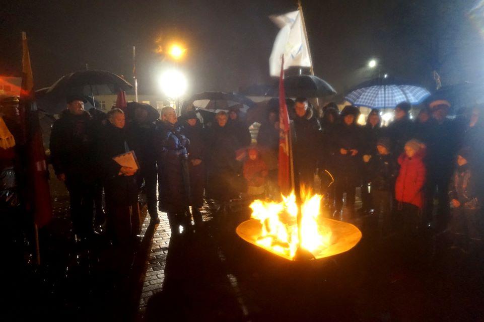 Sausio 13-osios išvakarėse Kretingoje, prie Nepriklausomybės paminklo, kaip ir visoje Lietuvoje, liepsnojo Atminimo laužas.