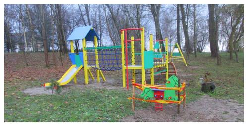 """Projekto """"Erdvių sutvarkymas Rūdaičių gyvenvietėje"""" metu įrengta vaikų žaidimų aikštelė, trinkelėmis išklotas takas palei tvenkinį."""