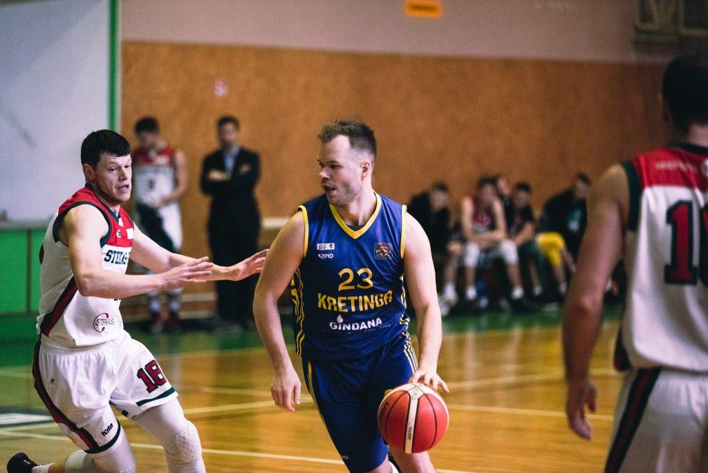 """Abi rungtynes """"Kretingos"""" komandos gretose naudingiausiai žaidė Rokas Šimkevičius (dešinėje)."""