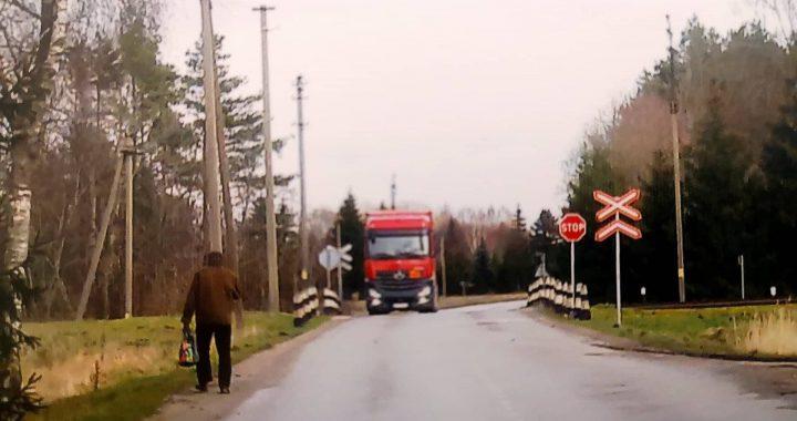 """Ūkininkai prašo panaikinti """"Stop"""" ženklą prie šios geležinkelio pervažos kelyje į Darbėnus."""