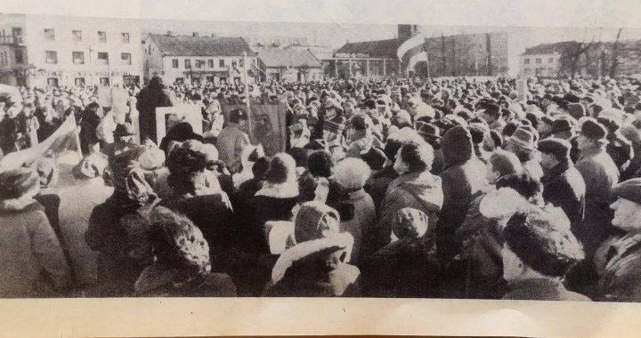 """1989 m. vasario 16 d. mitingas Kretingos miesto aikštėje. J. Šimkaus nuotr., paskelbta """"Švyturio"""" 1989 m. vasario 18 d. numeryje."""