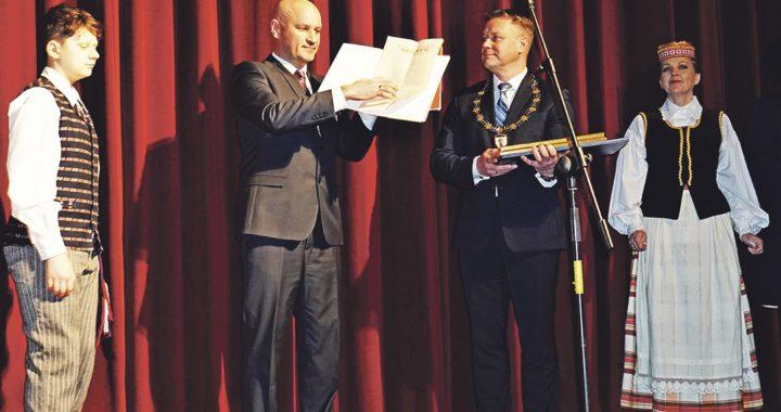Atkurtą Žemaičių vyskupo Motiejaus Valančiaus herbinį antspaudą Paulius Vaniuchinas įteikia Kretingos savivaldybės merui Antanui Kalniui.