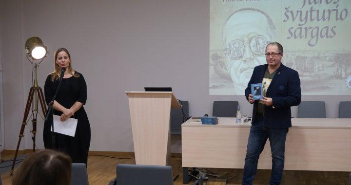 Nobelio premijos laureato H. Senkevičiaus novelę pristatęs švyturių entuziastas, jų istorijos tyrinėtojas Aidas Jurkštas jau daug metų puoselėja svajonę Šventojoje įrengti Švyturių muziejų. Ištraukas iš novelės susitikimo metu skaitė jo žmona Inga.