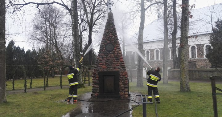 Nuo pat atstatymo 1989 m. nevalytą Nepriklausomybės 10-mečio paminklą dar prieš Laisvės gynėjų dieną savo galinga įranga nuplovė Darbėnų komandos ugniagesiai.