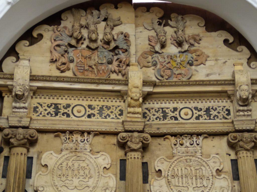 Pagrindines bažnyčios duris puošia simboliniai Jono Karolio Chodkevičiaus, dviejų jo žmonių bei trijų vaikų atvaizdai – hermos.