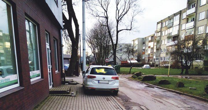 Vakarais F. Janušio gatvės pradžioje, kur yra įėjimas į sporto klubą, šaligatvis užstatomas automobiliais, tad iš darželio su vaikais grįžtantiems tėvams sunku ir praeiti, ir pravažiuoti.