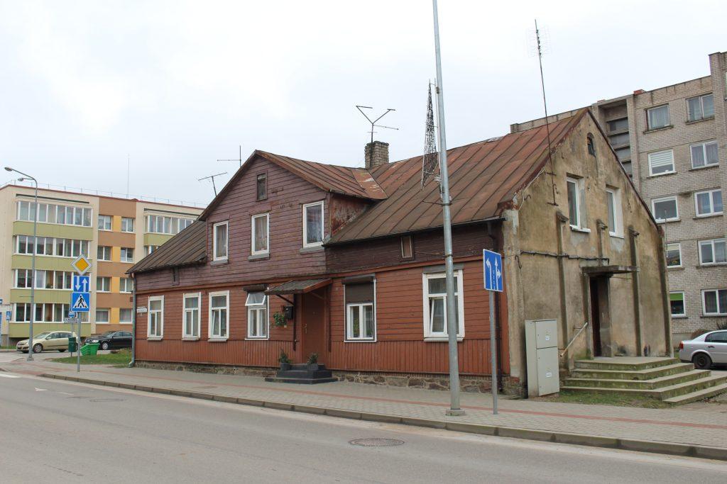 Nors sutarties neatnaujinusią G. Šeiko buvo bandoma iškeldinti iš šiame name esančio Savivaldybės būsto, teismo sprendimu ji buvo palikta gyventi tame pačiame bute.