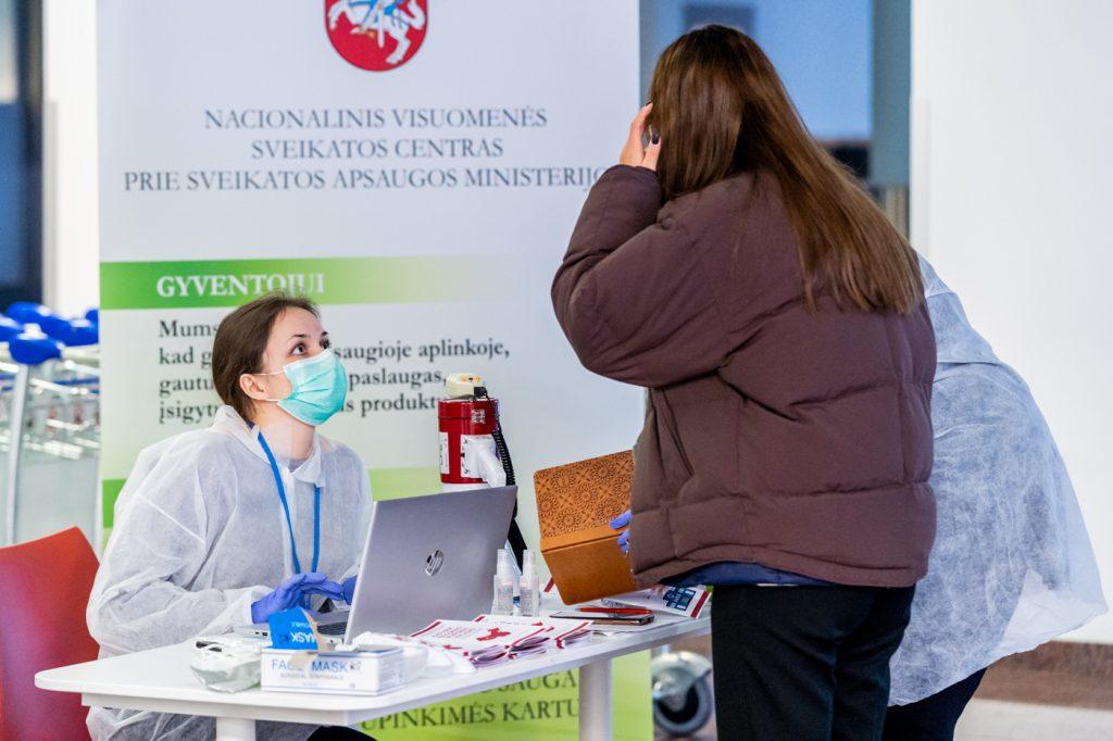 Nors Europoje viruso paplitimo rizika žema, o tiesioginės grėsmės Lietuvai nėra, nuo praėjusio šeštadienio visuose trijuose Lietuvos oro uostuose – Vilniaus, Kauno ir Palangos – budi visuomenės sveikatos specialistai.