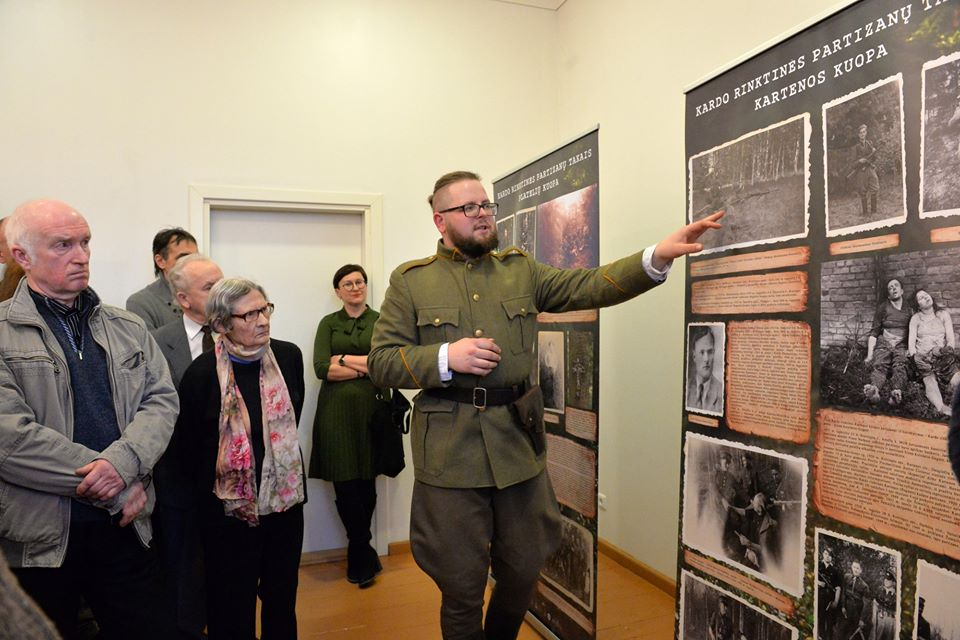 Šiuolaikiškai parengtą parodą apie Kardo rinktinės partizanus Aurimas Rapalis pristatė vilkėdamas partizanų uniformą.
