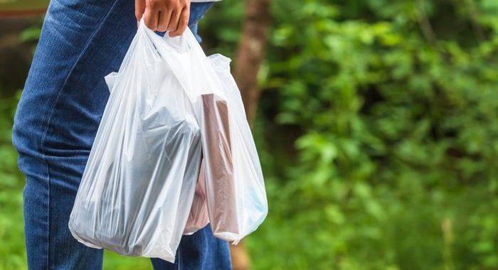 Pakuočių pardavėjams ir platintojams, pažeidusiems draudimą nemokamai dalinti lengvuosius plastikinius pirkinių maišelius, gresia baudos.