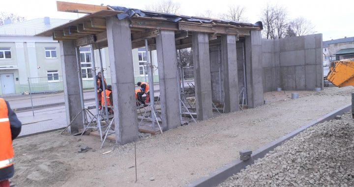 Naujame autobusų paviljone bus galima pasislėpti ir nuo lietaus, ir nuo vėjo. Kazimiero Galdiko nuotr.