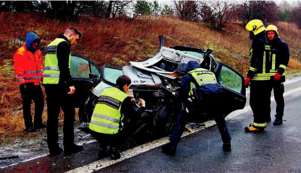 Po susidūrimo su krovininiu automobiliu buvo mirtinai prispausta lengvojo automobilio vairuotoja ir sužaloti keleiviai. Autorės nuotr.
