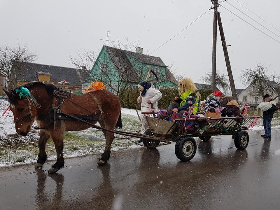 """Lankyti """"pacientų"""" Salantų kultūros centro Žvainių skyriaus """"medicininė komisija"""" važiavo arkliu kinkytu vežimu."""