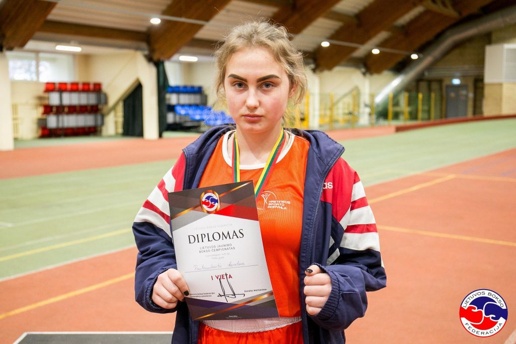 Septyniolikmetė iš Kretingos Karolina Paulauskaitė antrąsyk tapo Lietuvos jaunimo bokso čempione savo svorio kategorijoje. Asmeninio archyvo nuotr.