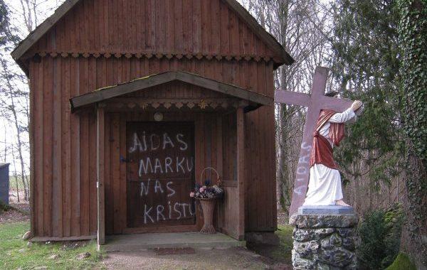 Tokius žodžius 31-erių mdetų Kretingos rajono gyventojas išpurškė ant Lurdo kartenoje, ant Šventojo Antano Dieno centro durų bei Senųjų kapinių sienos. Andriaus Juškevičiaus nuotr.