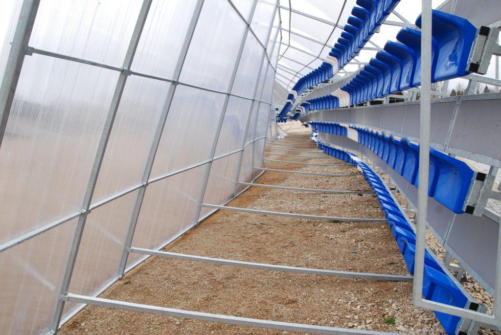 Stiprus vėjas nuvertė ir suniokojo naujas žiūrovų tribūnas Kretingos stadione.