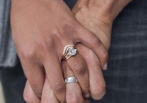 Šiuo metu registruojant santuoką ceremonijos dalyvių skaičius ribojamas: joje iš viso gali dalyvauti 5 asmenys: jaunavedžiai, liudytojai ir vertėjas, jeigu vienas iš jaunavedžių yra užsienio valstybės pilietis.