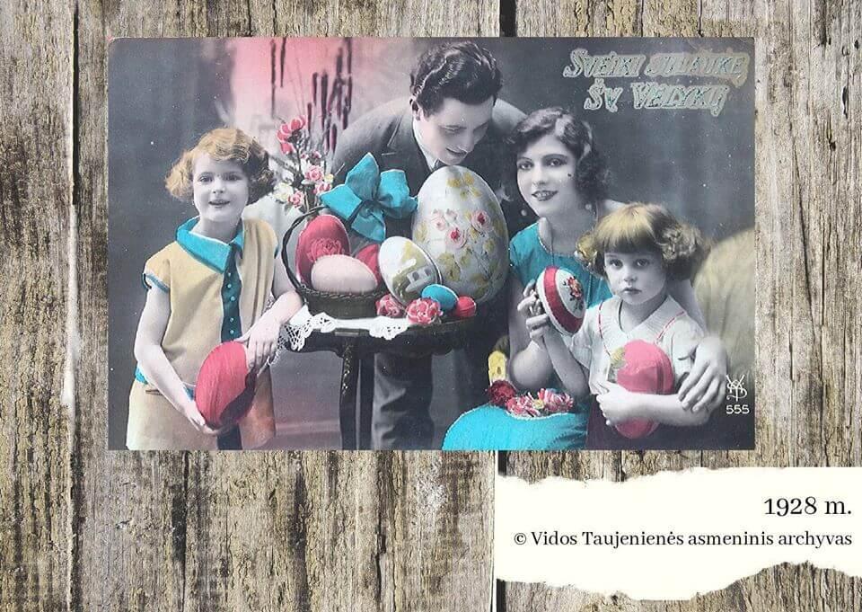 Prieš beveik šimtą metų buvo populiaru velykinius atvirukus puošti šeimos fotografijomis. Juodai baltus vaizdus specialia technika paspalvindavo pats fotografas. Ryškios elektrinė ir rožinė spalvos buvo itin mėgstamos.