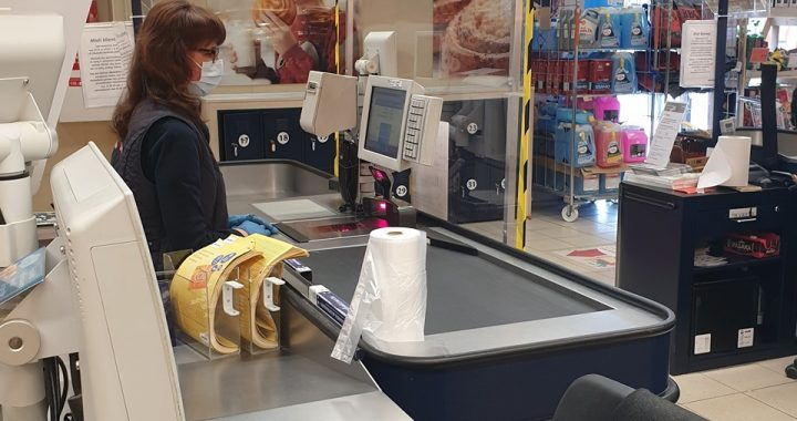 Dar praėjusią savaitę ne visi prekybos centrų darbuotojai turėjo reikiamą skaičių apsauginių kaukių.