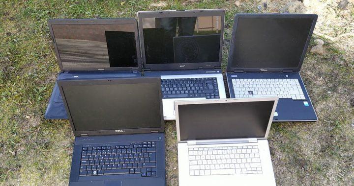 Kretingiškis Donatas moksleiviams padovanojo net penkis kompiuterius. Štai taip juos sudėtus ant kiemo vejos rado Savivaldybės vairuotojas. Ričardo Vikniaus nuotr.