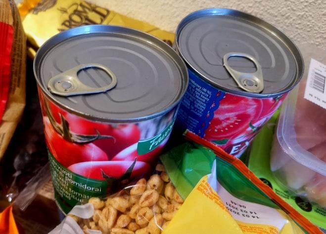 Savanoriaujantys kretingiškiai karantino metu pristato maisto produktus rizikos grupėje esantiems rajono ir miesto gyventojams.