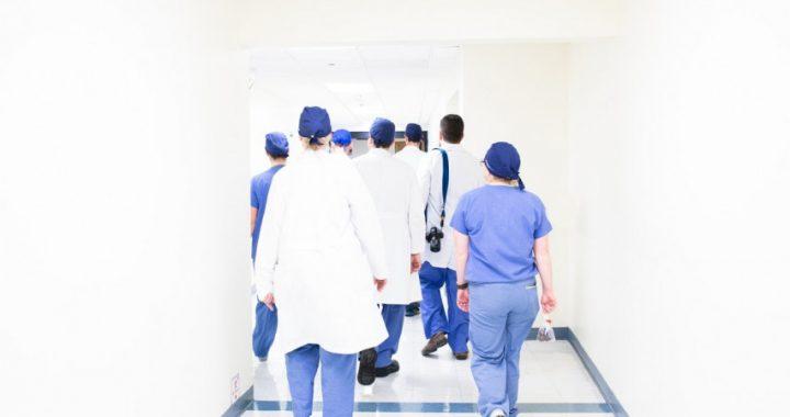 Sveikatos apsaugos ministerijai sulaukus skundų iš pacientų ir medikų, Klaipėdos universitinėje ligoninėje pradedamas patikrinimas dėl galimų karantino reikalavimų nevykdymo.