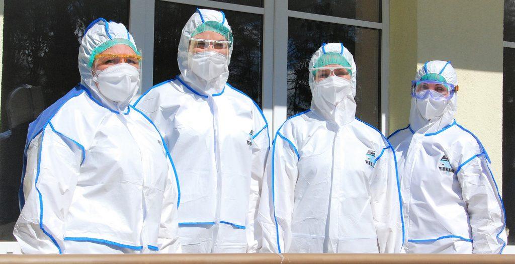 Karštosios klinikos koordinatorė Kristina Eismontienė (iš kairės į dešinę), šeimos gydytoja Vaida Juškienė, bendrosios praktikos slaugytoja Audronė Bumblauskaitė, rentgenologijos technologė Ingrida Skersienė šiandien Kretingoje atleika turbūt patį pavojingiausią darbą. Aisto Mendeikos nuotr.
